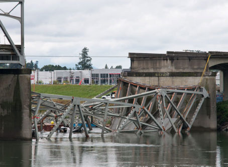 Skagit Bridge collapse, © kdingo 2013, https://commons.wikimedia.org/wiki/File:Skagit_River_Bridge_collapse_2013-05-26.jpg