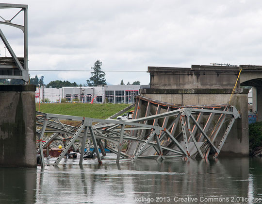 Skagit Bridge collapse, © kdingo 2013, https://commons.wikimedia.org/wiki/File:Skagit_River_Bridge_collapse_2013-05-26.jpg